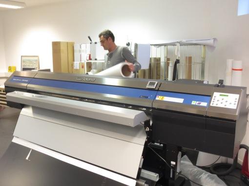 Terje skifter rull på vår nye digitaltrykkemaskin.