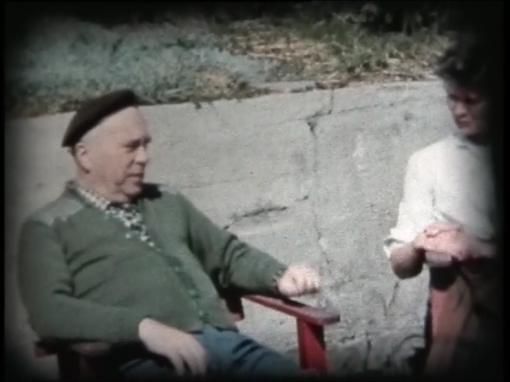 Hans Dommersnes på gårdstunet med min mor og søster.