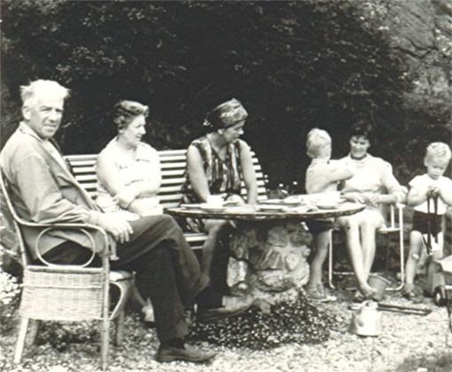 """Kaffe rundte steinbordet med Tor & Solveig Andreassen, tante Ruth (Hetland) og min mor (Anne """"Søster"""" Tonjer) med ungene Eivind og meg."""