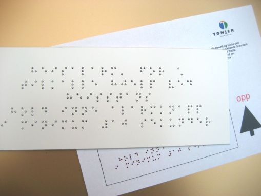 Braille- blindeskrift på skilt fra Tonjer Media